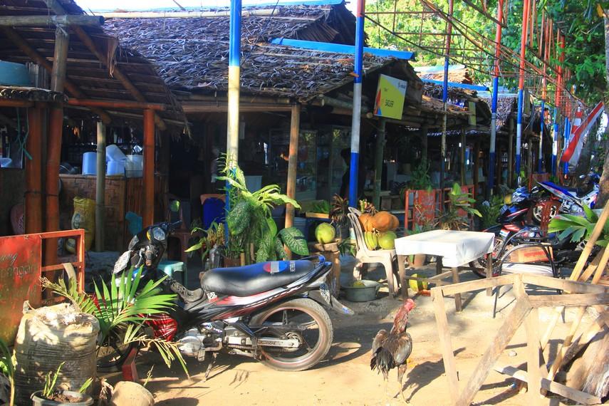 Pantai Malalayang terletak di Kecamatan Malalayang, sebelah selatan pusat Kota Manado, Sulawesi Utara
