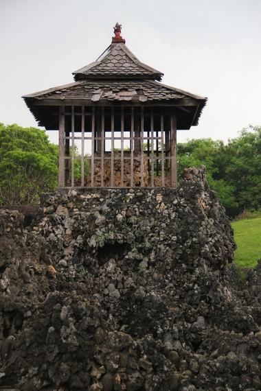 Gua Sunyaragi memiliki menara pengawas yang berfungsi melihat pergerakan musuh