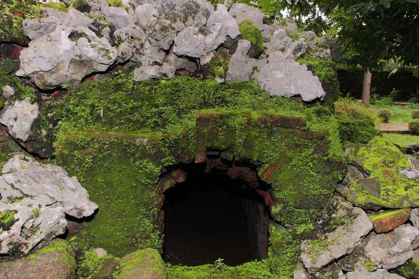 Gua dengan kedalaman 1 meter yang biasa digunakan Pangeran Cakrabuana untuk menyepi