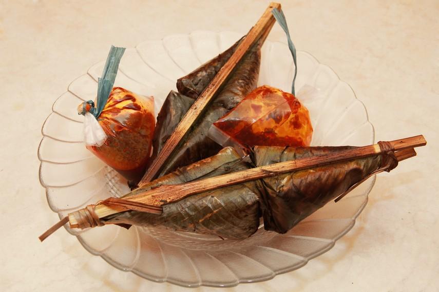 Lemper pengkang biasa disajikan dengan sambal pedas dan sambal kepah