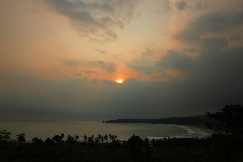 Beberapa pantai, goa, hingga wisata selancar berkumpul menjadi satu di dalam desa yang diapit oleh dua bukit ini