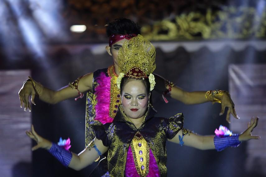 Tari kreasi ini dipentaskan oleh tiga orang perempuan dan tiga orang laki-laki dengan mengenakan pakaian tradisional