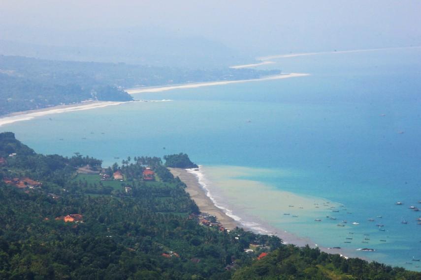 Deretan Pantai Loji hingga pantai di Pelabuhan Ratu terlihat begitu tenang saat berada di Puncak Habibi