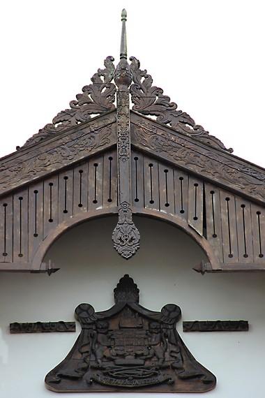 Lambang resmi Kesultanan Kutai Kartanegara menghiasi bagian depan dari gedung Kedaton Kutai