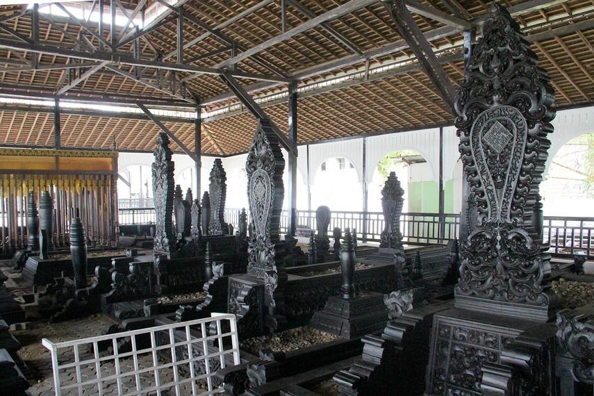 Terdapat kurang lebih 140 anggota keluarga Kesultanan Kutai Kartanegara yang dimakamkan di kompleks ini