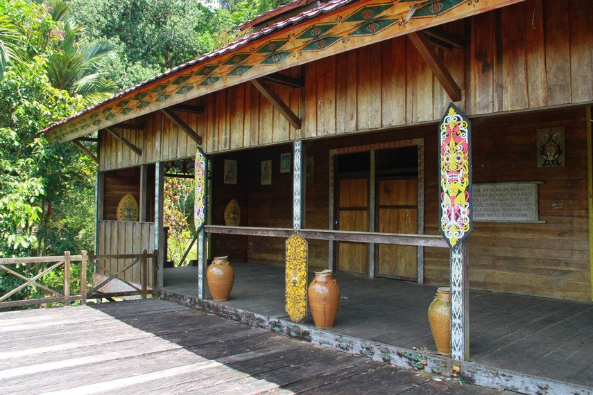 Rumah bentang Samalantan, sejenis rumah panggung yang dibangun dengan kedalaman 120 kaki tertanam langsung ke tanah