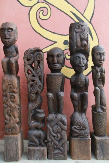 Patung-patung hasil buatan tangan Petrus Lengkong yang memiliki makna kisah kehidupan yang baik dari para leluhurnya