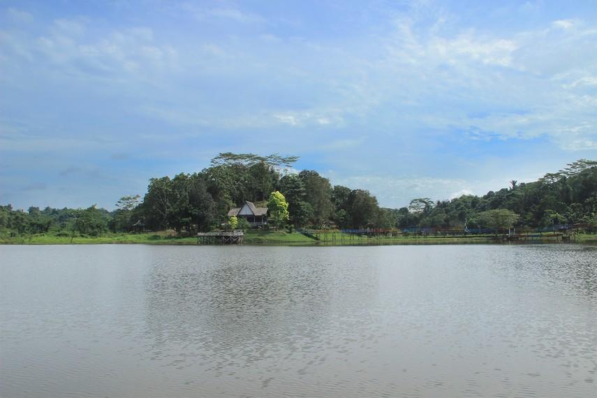 Waduk ini dikelilingi panorama alam yang asri, kerimbunan hutan tropis khas Kalimantan