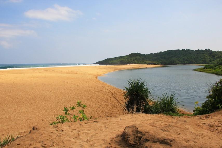 Pantai Pasir Putih berada tepat di Kecamatan Ciracap, kawasan alam Ujung Genteng