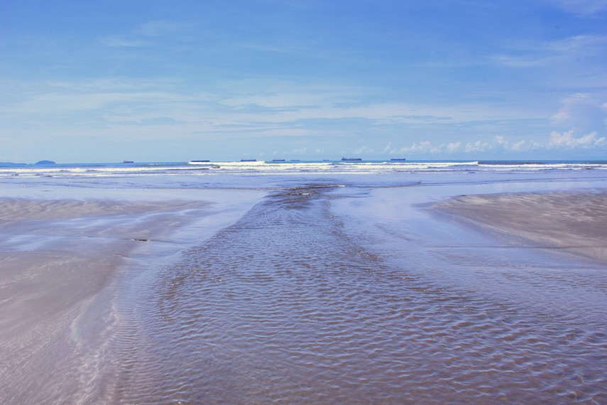 Salah satu daya tarik pantai ini adalah panorama lautnya, terutama saat matahari terbenam