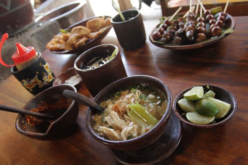 Ornamen gerabah begitu dominan terlihat di kedai ini mulai dari dekorasi kendi hingga mangkuk soto beserta sendok dan gelas minumannya