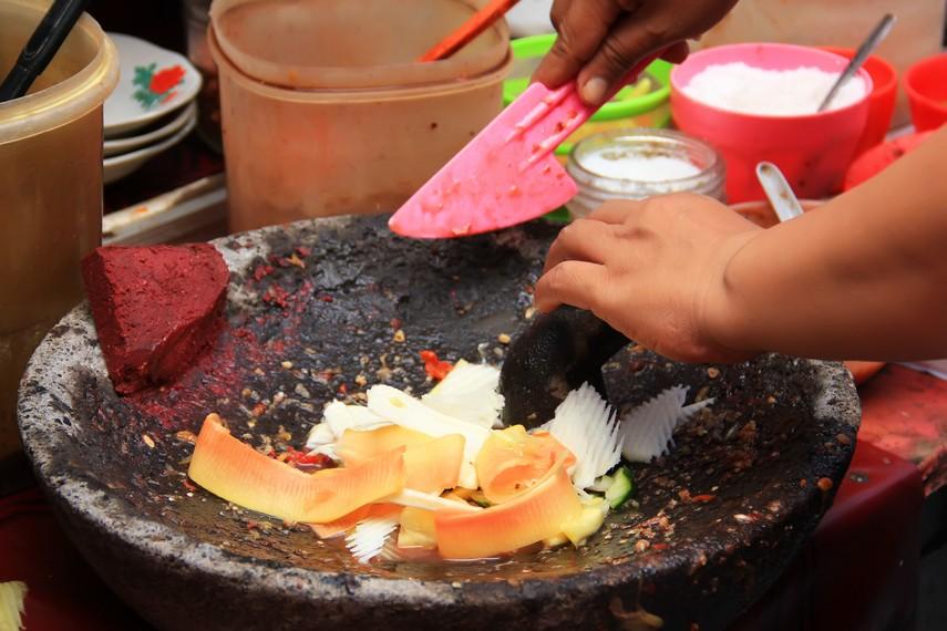 Tidak seperti rujak buah umumnya, buah-buahan yang telah diiris tipis-tipis dicampurkan bersama bumbu