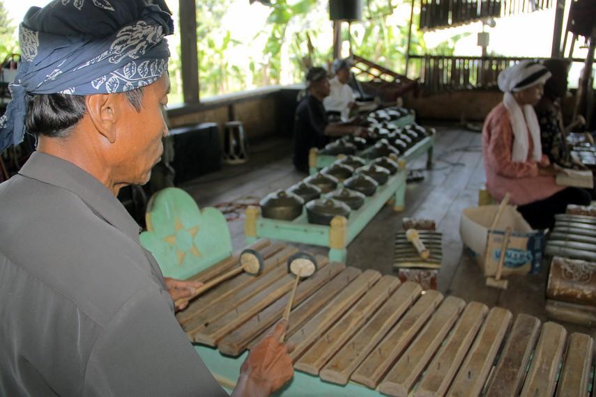 Gamelan Sunda terdiri dari berbagai alat musik seperti, gambang, gong, kendang, saron, dan tambahan rebab dan sulinh