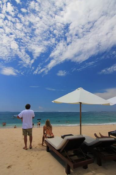 Pantai Geger lebih dikenal di kalangan pelancong asing, khususnya backpacker
