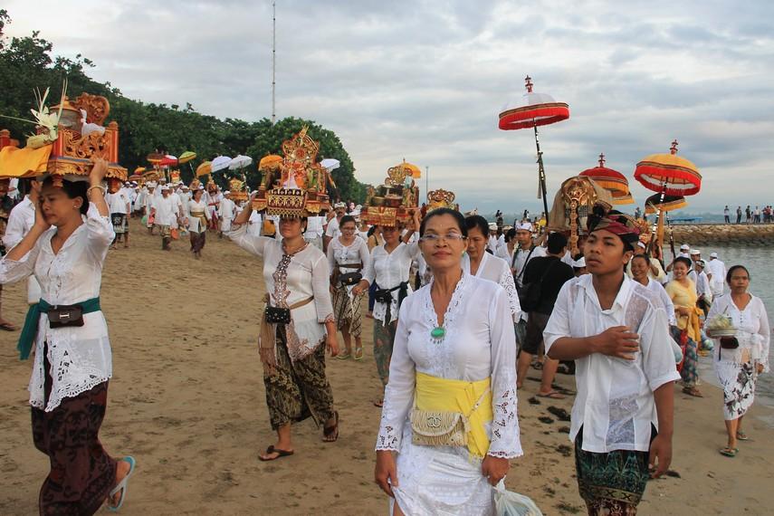 Dalam rangkaian upacara melasti, masyarakat datang secara berkelompok ke sumber-sumber air seperti danau dan laut