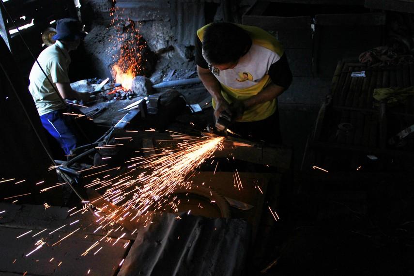 Tahap membakar dan menempa merupakan tahap yang paling lama dalam proses pembuatan Kudhok
