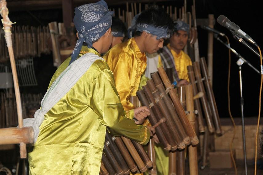 Jika pada masyarakat Banten Kidul terdapat Calung Renteng, maka di masyarakat Sunda Bogor terdapat Calung Jinjing