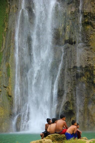 Ketinggian Air Terjun Cikaso mencapai 80 meter dengan lebar dinding batu sekitar 100 meter