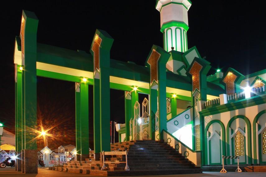 Letak masjid ini sekitar 200 meter dari Vihara Tri Darma Bumi Raya, vihara tertua di Singkawang