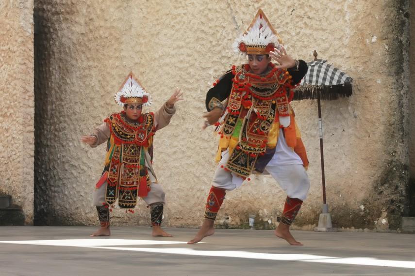 Tari baris awalnya berkembang sebagai salah satu komponen pelengkap dari ritual keagamaan Hindu