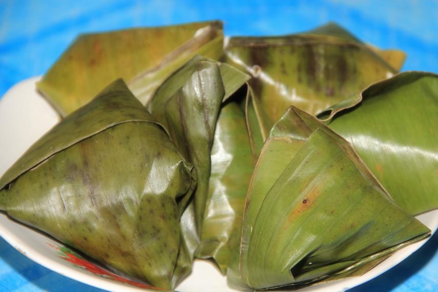 Nasi sek adalah nasi putih sekepalan tangan yang disajikan dalam bungkusan daun pisang