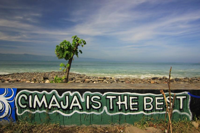 Mural di salah satu tembok pantai tertulis Cimaja is The Best menjadikan pantai ini memang layak dijadikan tempat untuk bermain selancar
