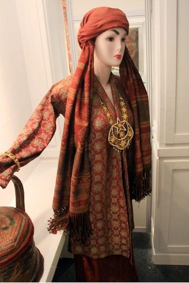 Pemakaian kuluk ini biasanya dilengkapi dengan baju kebaya songket, sarung songket, kalung tapak kudo bungo matahari