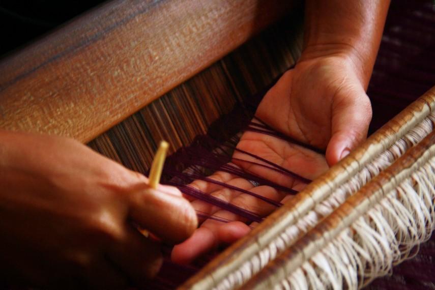 Pembuatan kain tenun biasa dilakukan melalui proses persilangan 2 set benang dengan cara memasukan benang pakan secara melintang pada benang-benang lungsin