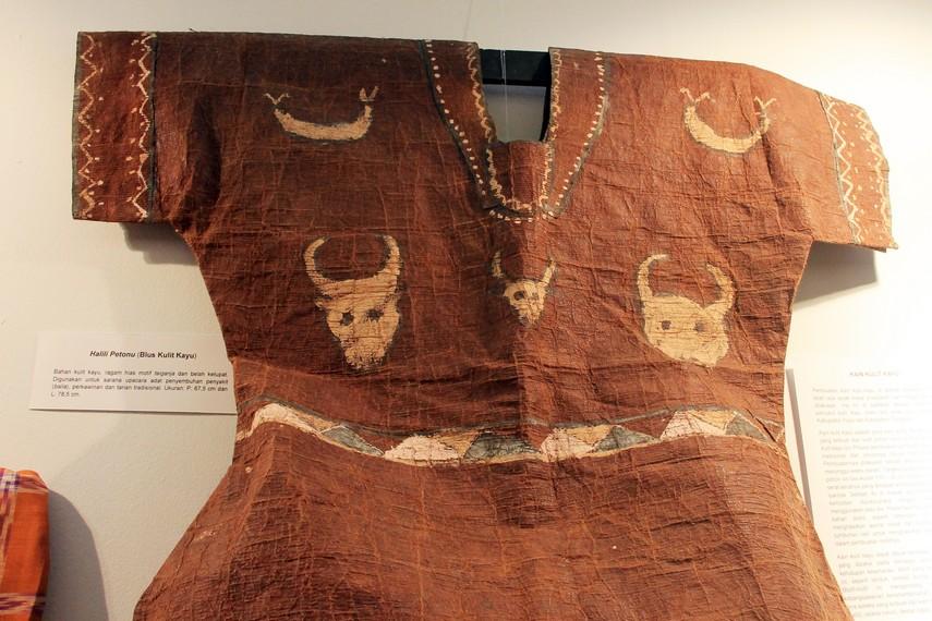 Pembuatan kain kulit kayu biasanya dilakukan oleh kaum wanita dan proses pembuatannya masih sangat tradisional