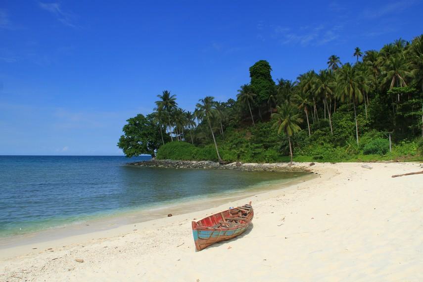 Pulau Randayan merupakan pulau yang terletak di sebelah utara daerah pesisir Kalimantan Barat