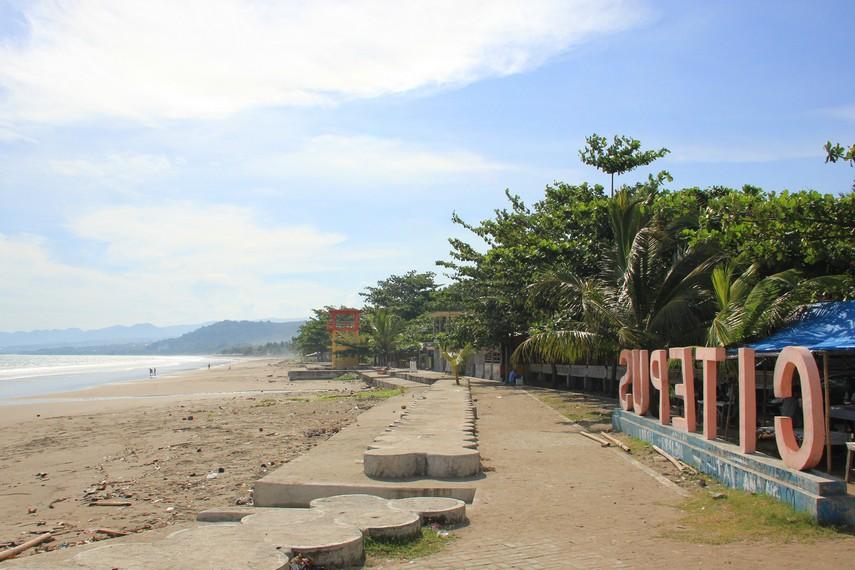 Pantai Citepus terletak di tepi jalan raya Cisolok-Pelabuhan Ratu