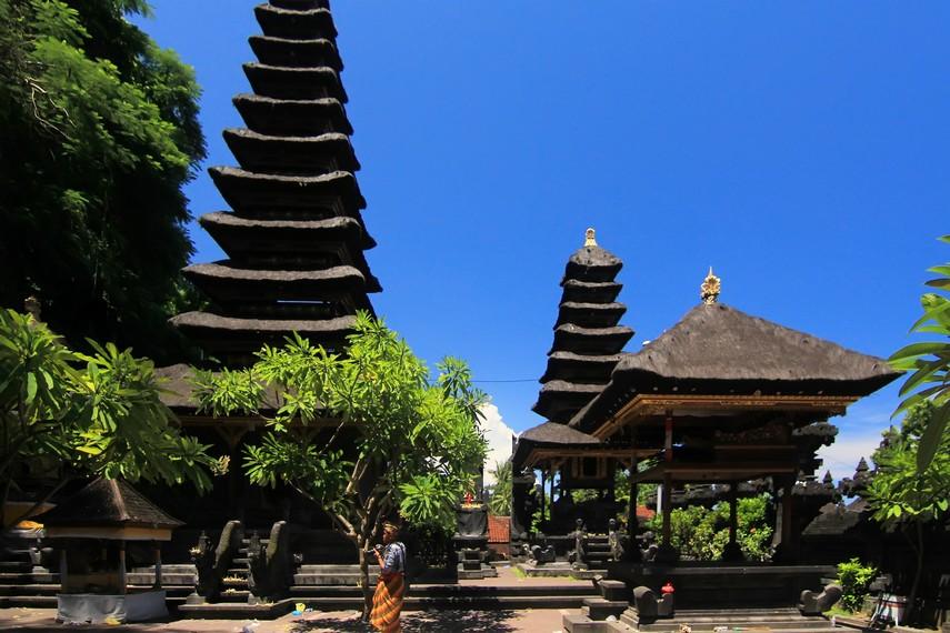 Pura Gua Lawah diperkirakan telah berdiri sejak abad ke-11 Masehi, atas prakarsa Mpu Kuturan