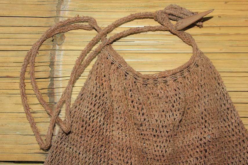 Tas ini terbuat dari kulit kayu Pohon Teureup atau terap yang memiliki ketahanan terhadap rayap
