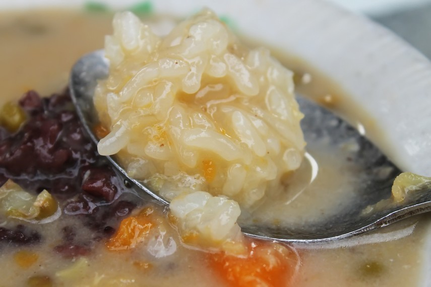 Salah satu komponen bubur kampiun adalah nasi ketan yang memberi citarasa sedikit gurih