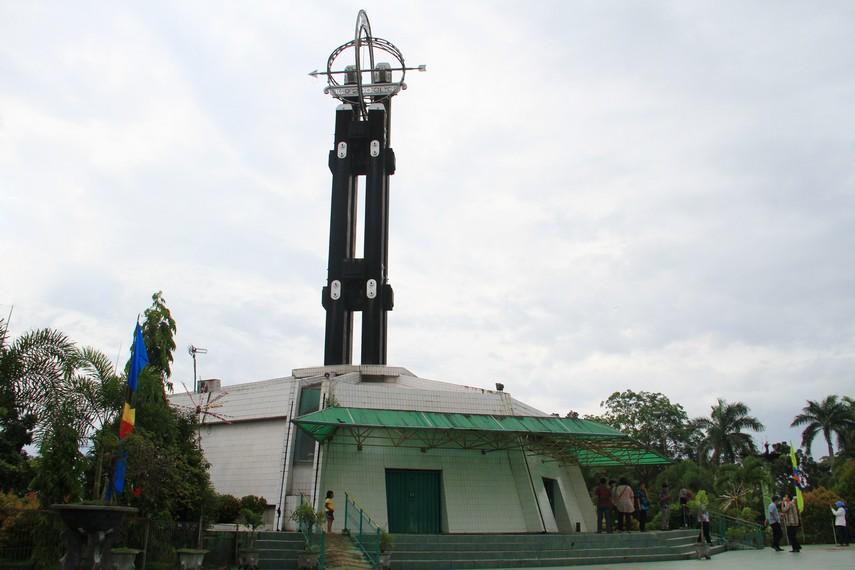 Tugu Khatulistiwa terletak di Jalan Khatulistiwa, Kecamatan Pontianak Utara, Kalimantan Barat