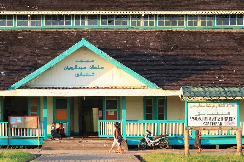 Masjid yang dikenal dengan nama Masjid Jami Pontianak ini berdiri sekitar tahun 1778