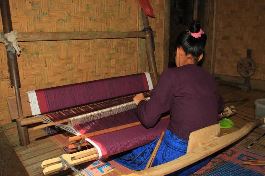 Umumnya sejak usia dini para perempuan di Baduy sudah diajarkan bagaimana cara untuk menenun kain