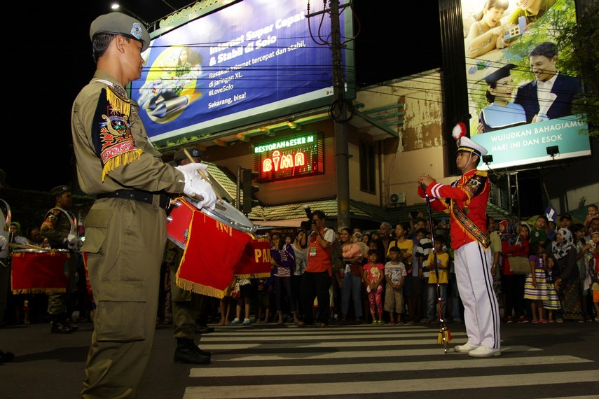 Dentuman bas drum dan terompet menjadi penanda parade Solo Karnaval telah dimulai