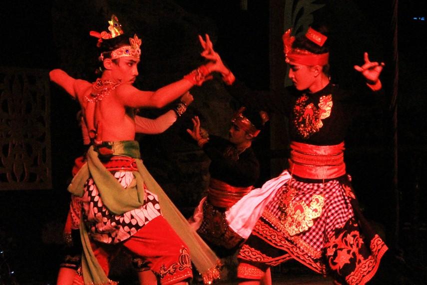 Cerita Calon Arang merupakan salah satu folklor yang berkembang di masyarakat Jawa dan Bali
