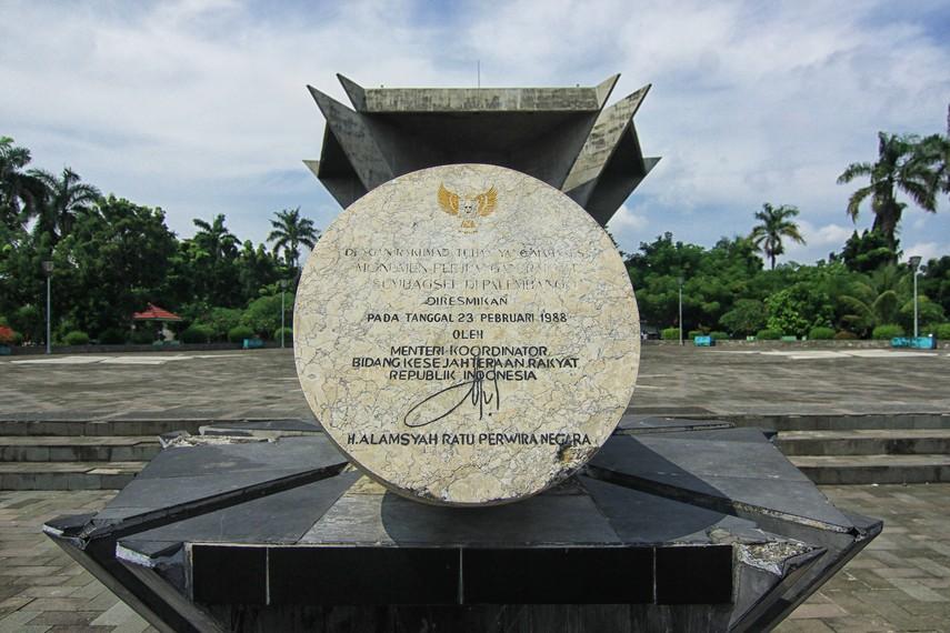 Pada 17 Agustus 1975 dilakukan upacara sekaligus peletakan batu pertama pembangunan monumen