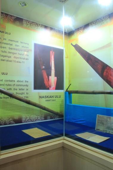 Bambu yang digunakan sebagai media penulisan naskah adalah bambu betung atau yang bernama latin <i></noscript><img class=