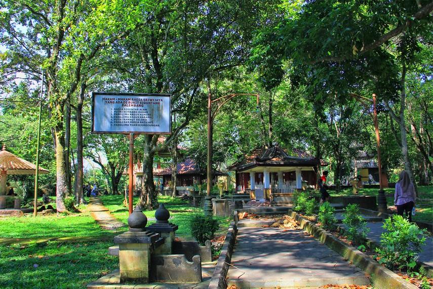 Bukit Siguntang berlokasi di Jalan Srijaya Negara, Keluruhan Bukit Lama, Kecamatan Ilir Barat I, Palembang