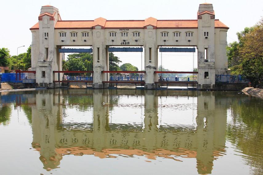 Berada di tengah Kota Surabaya  tepatnya di antara Jalan Jagir dan Jalan Wonokromo, bendungan ini menjadi salah satu objek wisata yang ada di Surabaya