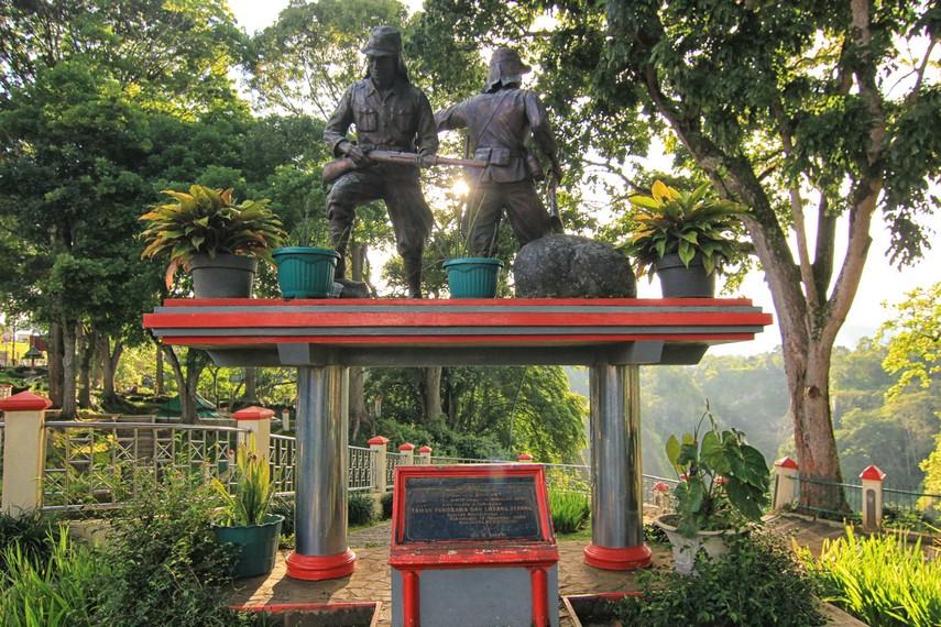 Taman Panorama, merupakan sebuah taman di atas tebing yang terletak di seberang kawasan Ngarai Sianok