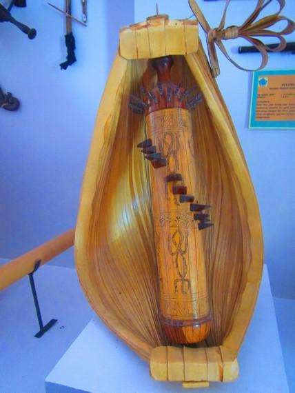 Sasando memiliki bagian utama berbentuk tabung panjang yang terbuat dari bambu