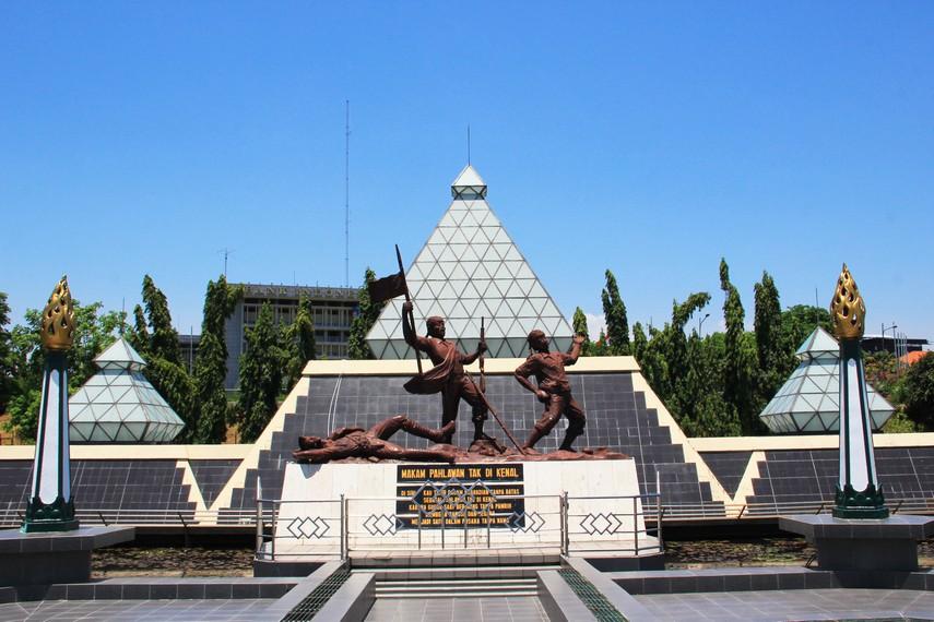 Tugu ini dibangun di tengah Kota Surabaya tepatnya di Jalan Pahlawan dan bersebelahan dengan kantor Gubernur Jawa Timur