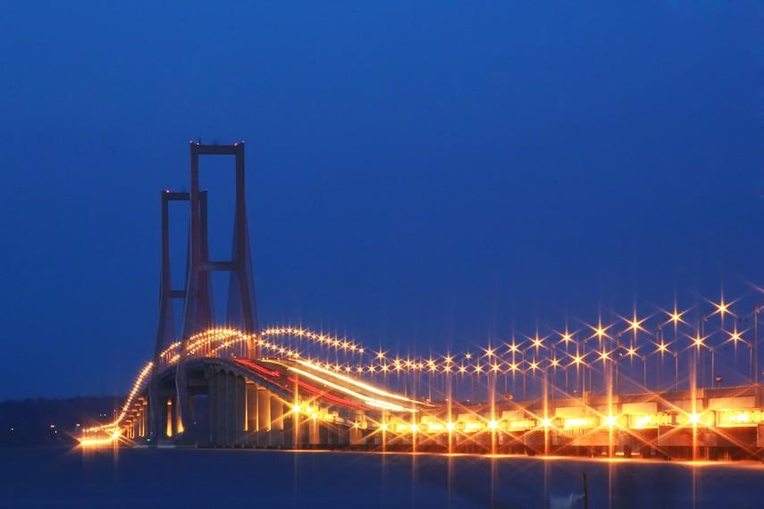 Menurut catatan, panjang jembatan ini mencapai 5.438 meter secara struktur terdiri dari tiga bagian, yaitu jalan layang, jembatan penghubung, dan jembatan utama