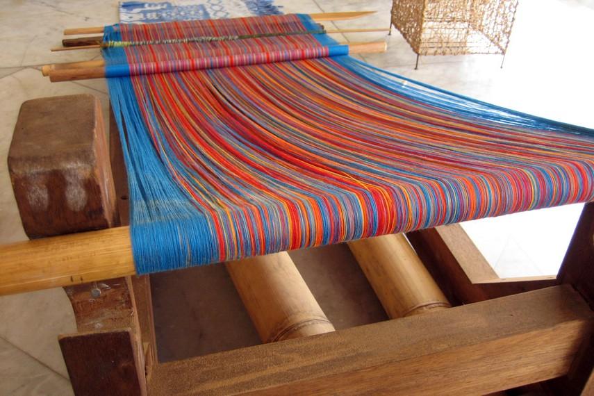 Kain yang dibuat dengan kombinasi warna-warna cerah ini menjadi buah tangan khas Toraja yang diminati wisatawan