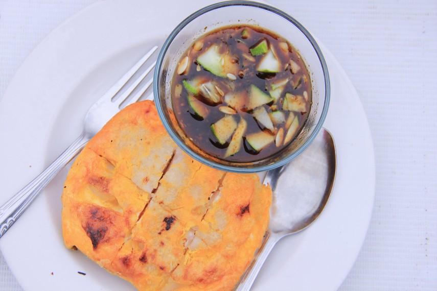Sama seperti mpek-mpek, lenggang juga terbuat dari bahan dasar campuran tepung terigu dengan olahan daging ikan, dan dinikmati dengan siraman bumbu cuko