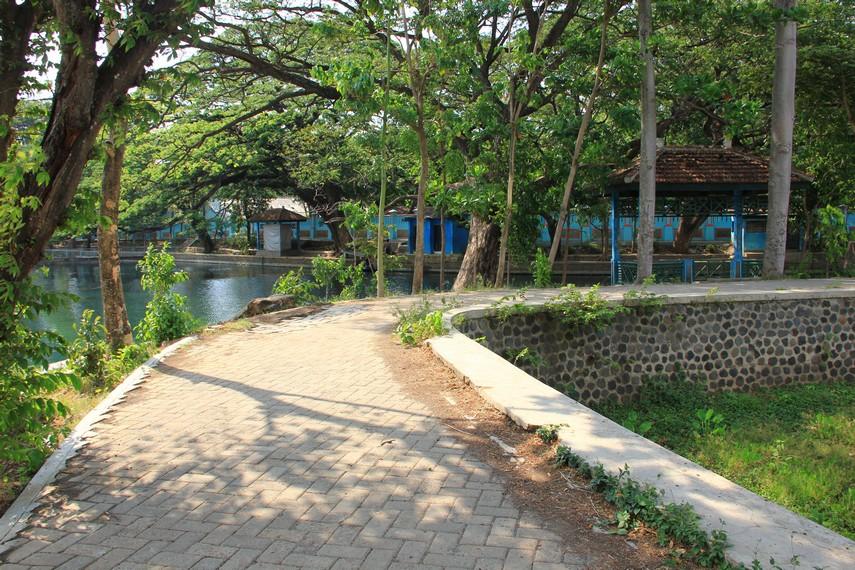 Menuju lokasi danau dari pusat Kota Surabaya, menempuh jarak sekitar 100 km, atau menghabiskan waktu sekitar 1,5 jam perjalanan darat